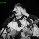 Raphael Kaester werden von Jakob Hüppauff die Augen verschlossen - Poetry Slam Erlangen April 2010