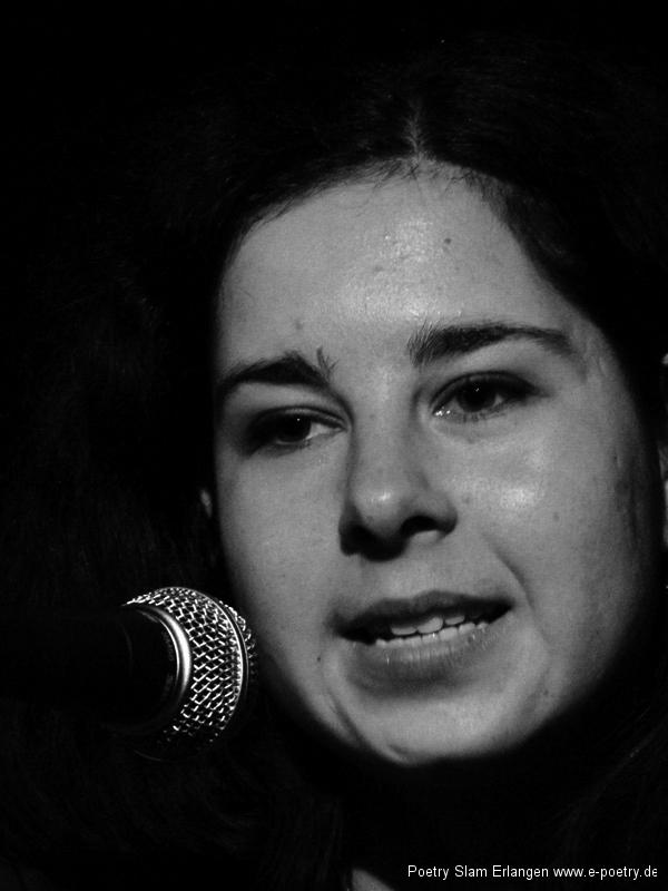 Paula Linke beim Poetry Slam Erlangen im Dezember 2010