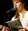 Adina beim Poetry Slam Erlangen im Dezember 2015