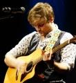 Der Musiker des Abends Milan Lukaschek beim Poetry Slam in Erlangen im Januar 2017