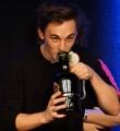 Outtakes Kaleb mit Bier beim Poetry Slam im November 2014