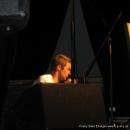 """Axel Horndasch zeigt hier vollen Körpereinsatz, indem er aus allen Lagen performed beim Poetry Slam Erlangen """"Sommer Spezial"""" August 2010"""