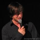 """Moderator Jan Siegert fasst die Stück zusammen  beim Poetry Slam Erlangen """"Sommer Spezial"""" August 2010"""